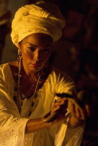 Angela Bassett as Laveau performing a ritual.